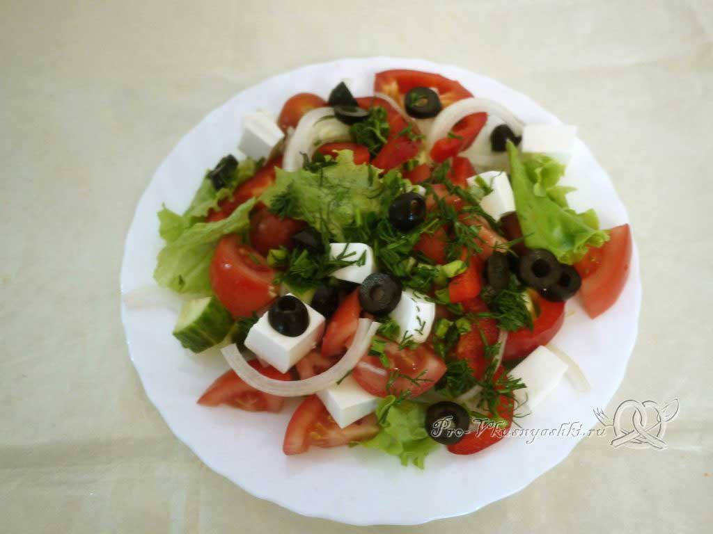 Греческий салат в домашних условиях - смешиваем овощи