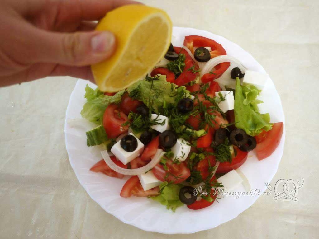 Греческий салат в домашних условиях - поливаем лимонным соком и маслом