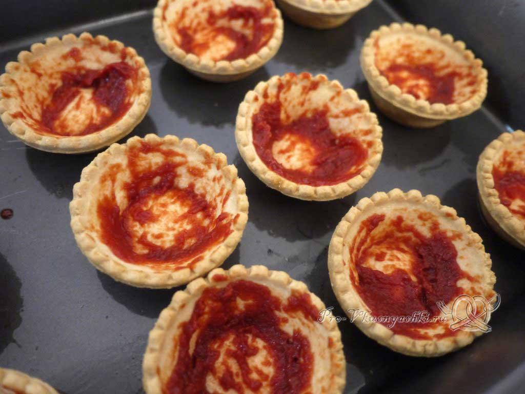 Мини пиццы в тарталетках - смазываем тарталетки кетчупом