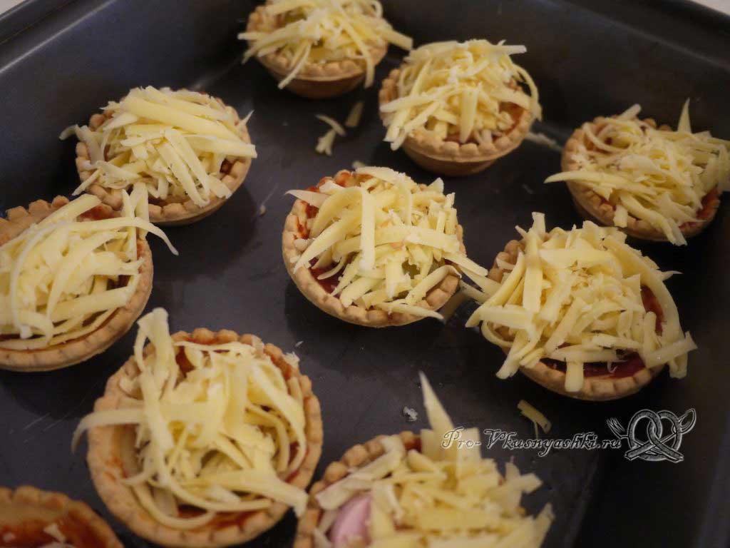 Мини пиццы в тарталетках - выкладываем сыр