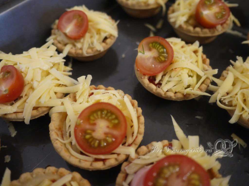 Мини пиццы в тарталетках - выкладываем помидоры