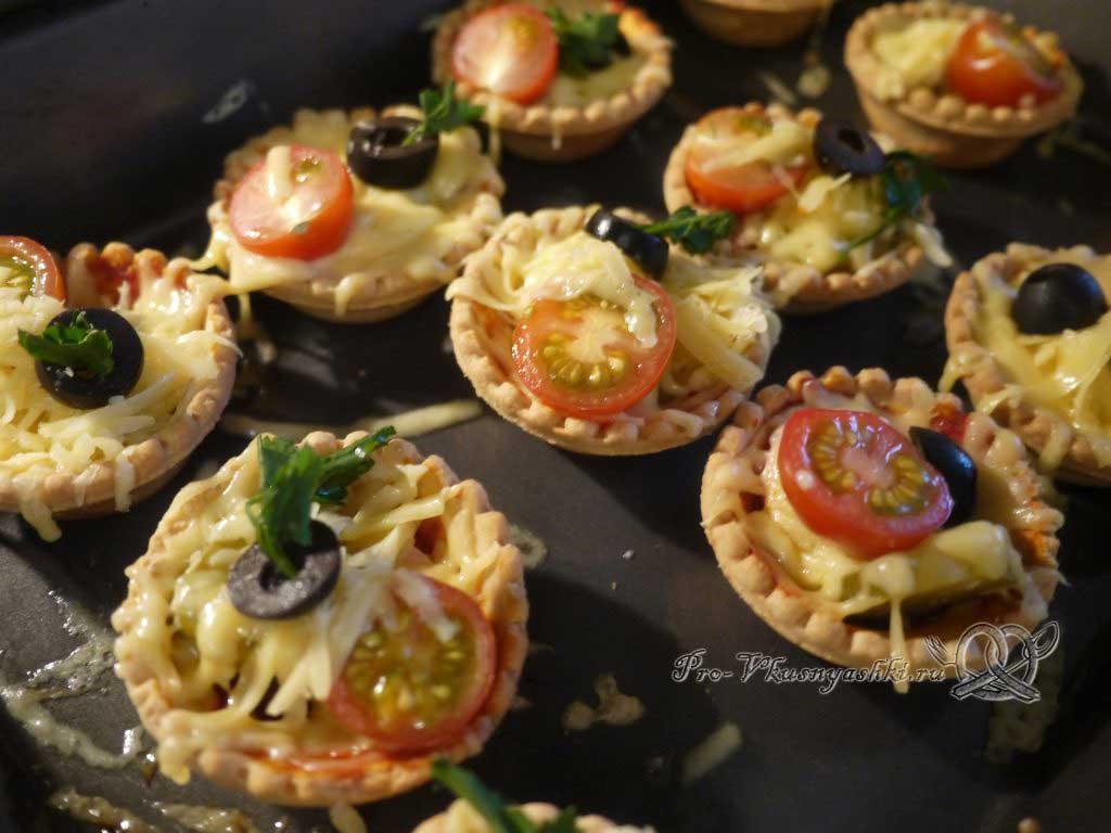Мини пиццы в тарталетках - выкладываем маслины и зелень