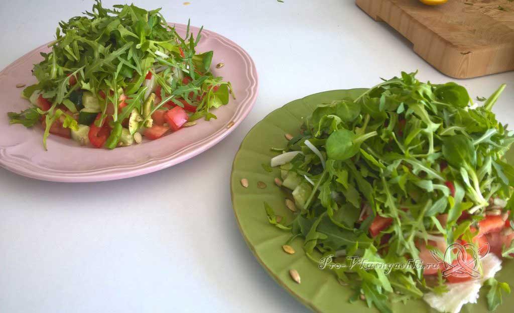 Легкий салат с медово-горчичной заправкой - укладываем рукколу