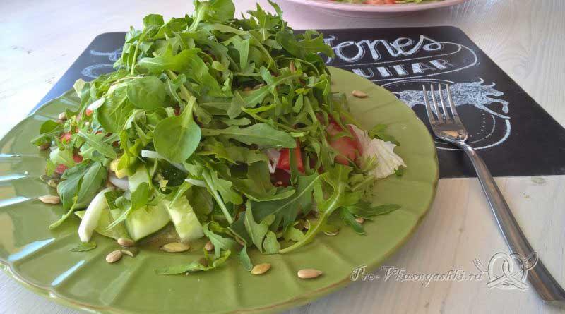 Легкий салат с медово-горчичной заправкой - подача