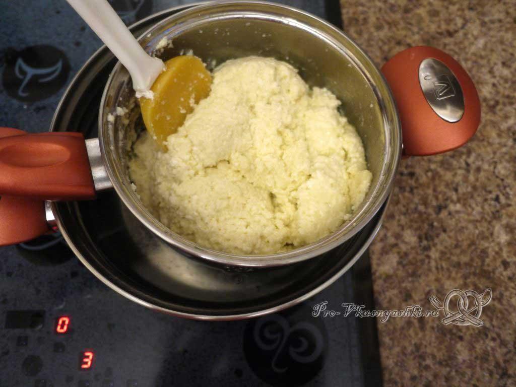 Домашний твердый сыр - добавляем творог к яично-масляной смеси