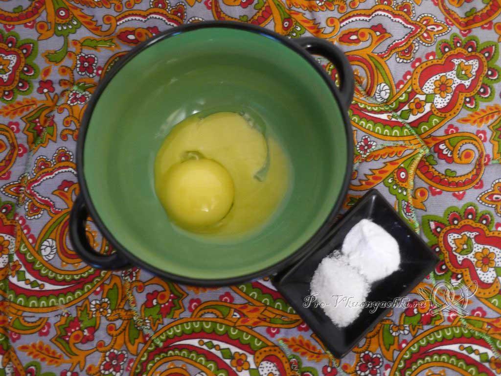 Домашний твердый сыр - смешиваем желтки соду и соль