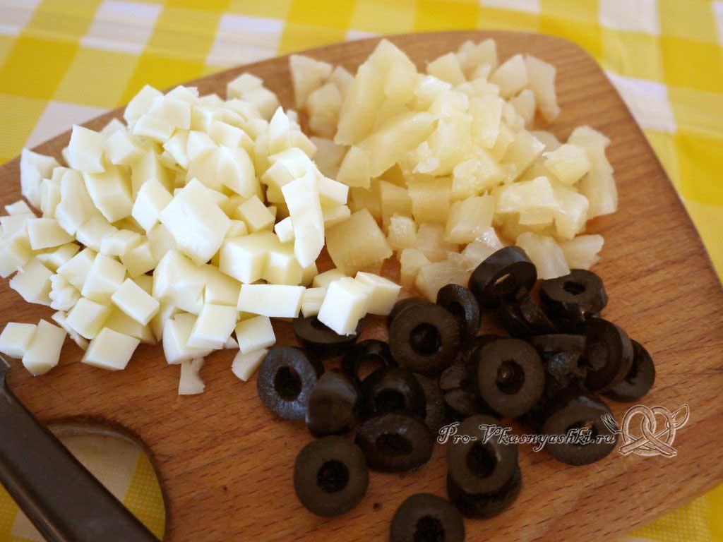 Пицца Графская с ананасами и креветками - нарезаем сыр ананасы и маслины