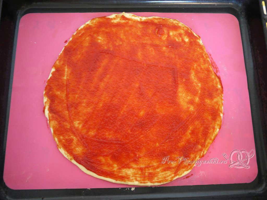 Пицца Графская с ананасами и креветками - смазываем тесто кетчупом