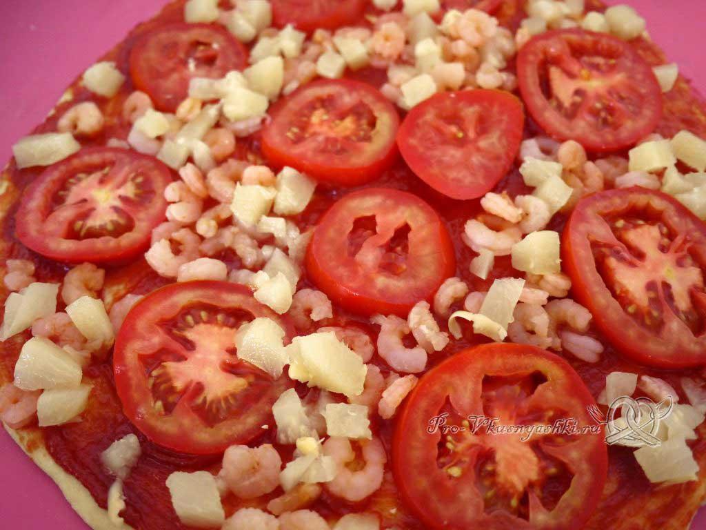 Пицца Графская с ананасами и креветками - выкладываем ананасы