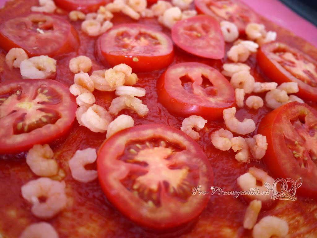 Пицца Графская с ананасами и креветками - выкладываем креветки