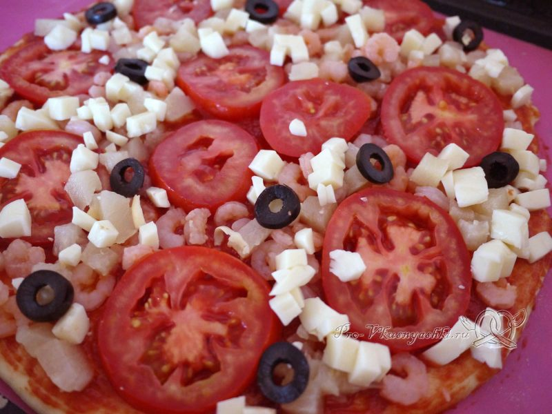 Пицца Графская с ананасами и креветками - выкладываем маслины