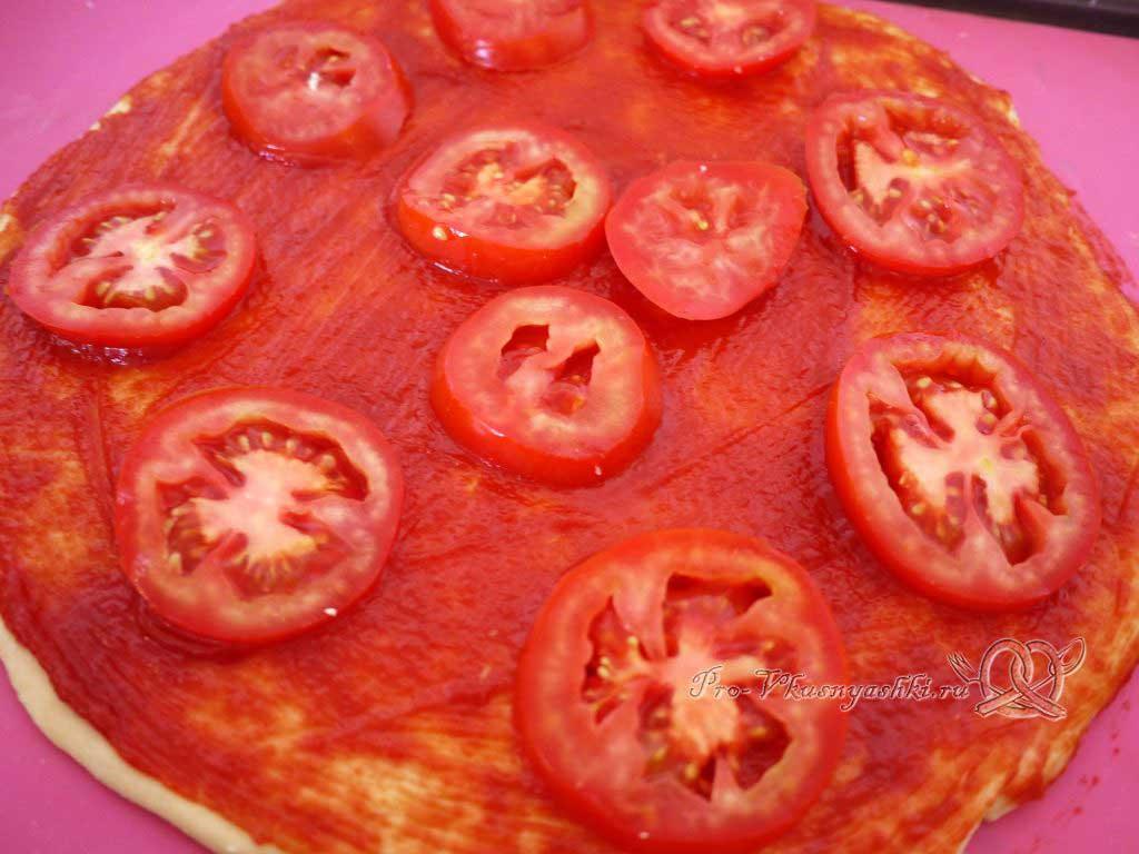 Пицца Графская с ананасами и креветками - выкладываем помидоры