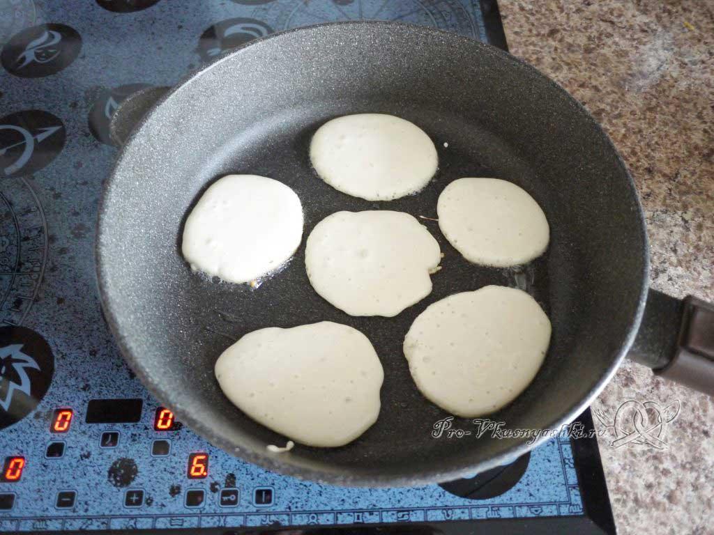 Быстрые оладьи с майонезом и молоком - жарим оладьи с одной стороны
