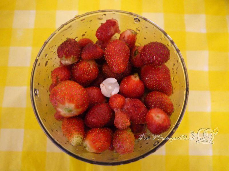 Творожный чизкейк без выпечки «Розовая зебра» - измельчаем клубнику