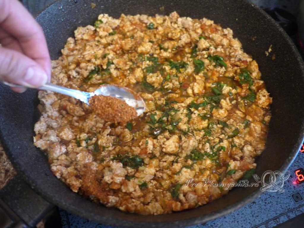 Лазанья с фаршем и белым соусом - добавляем специи в фарш