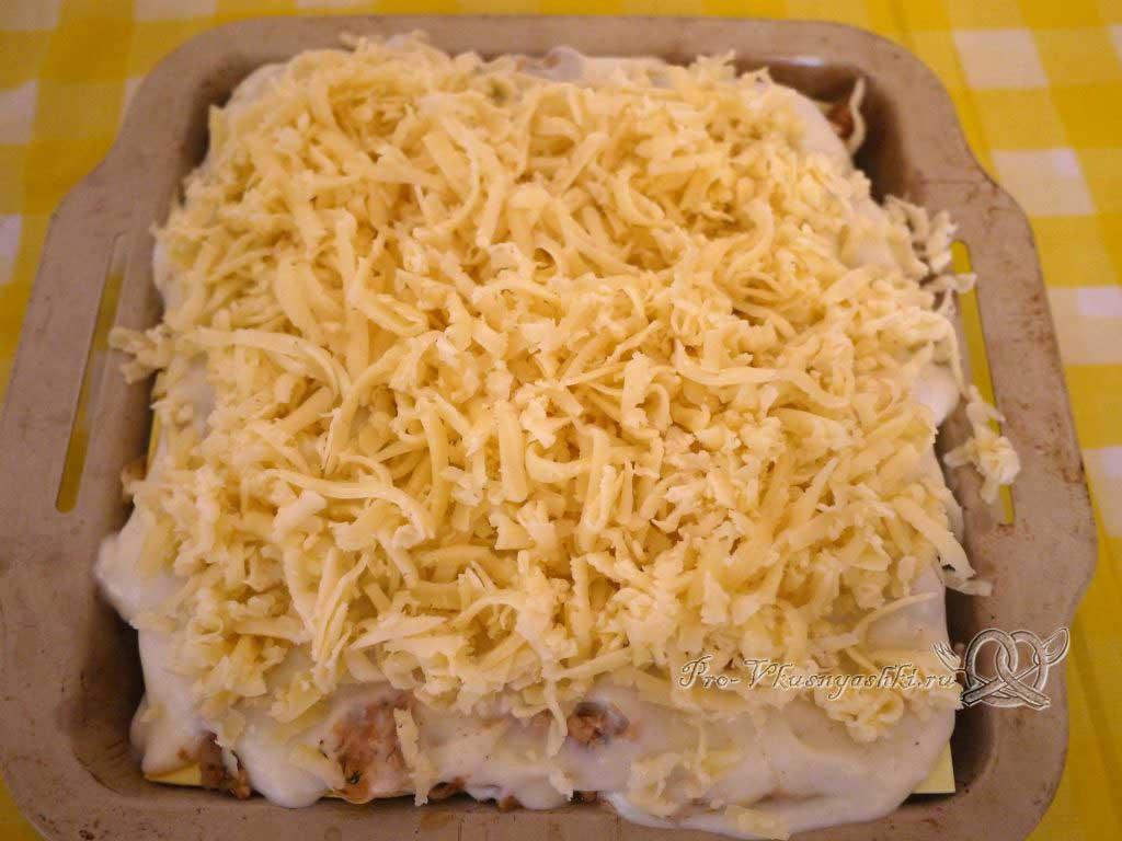Лазанья с фаршем и белым соусом - посыпаем сыром Лазанью