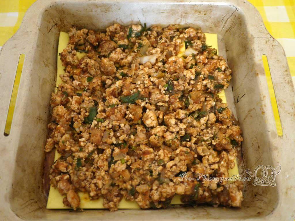 Лазанья с фаршем и белым соусом - выкладываем фарш на листы