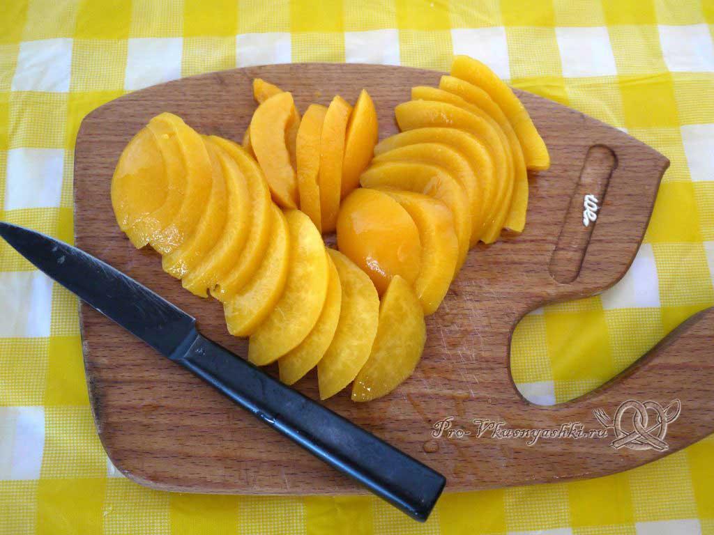 Нежный творожный чизкейк с персиками - нарезаем персики