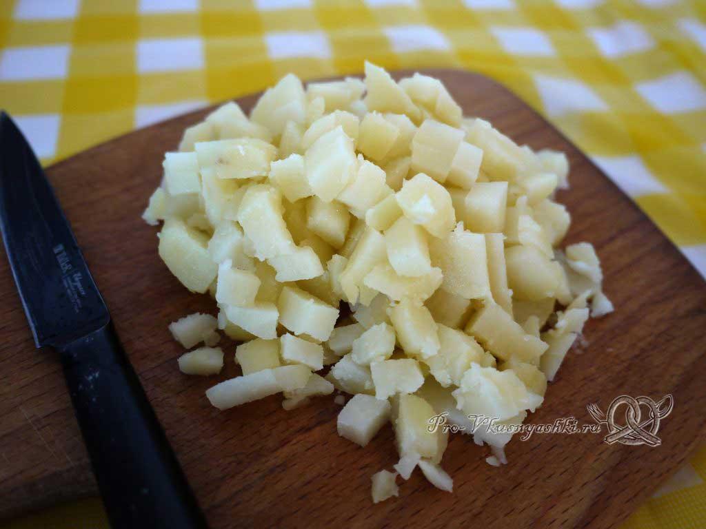 Окрошка на минералке с редиской - нарезаем картофель
