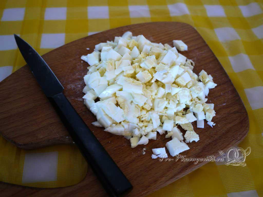 Окрошка на минералке с редиской - нарезаем яйца