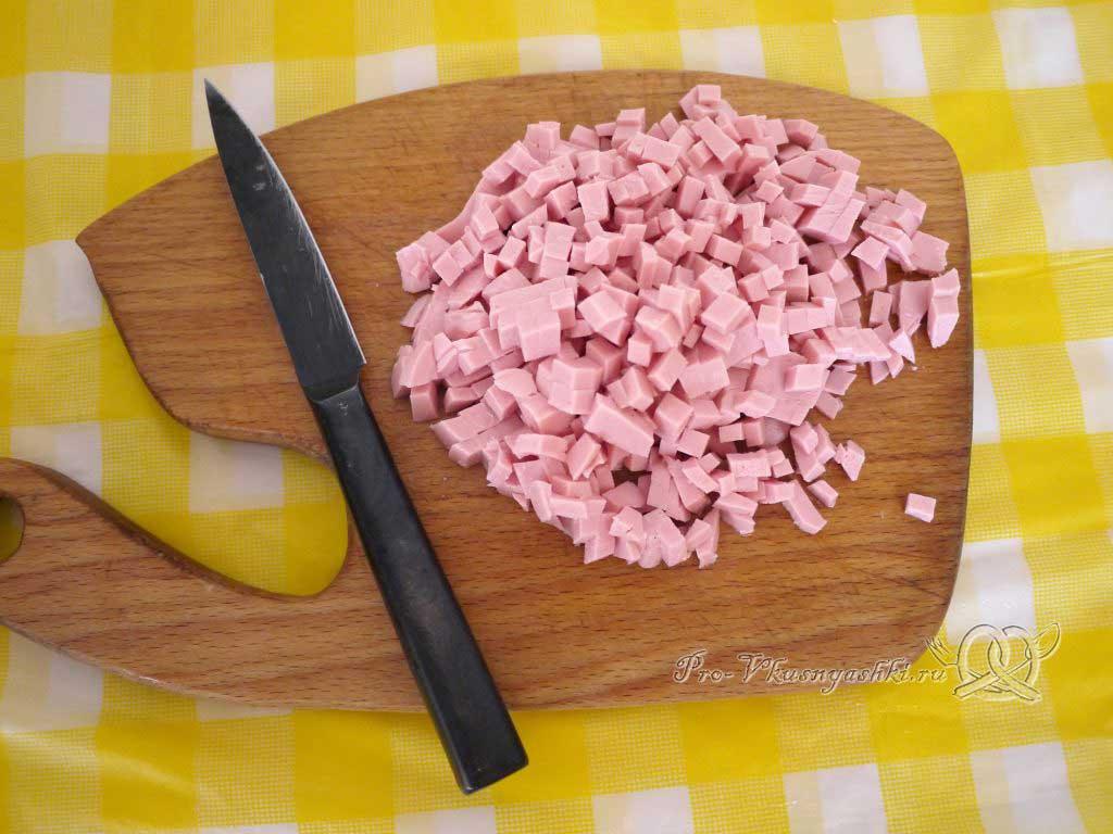 Оладьи с колбасой и зеленью на кефире - нарезаем колбасу