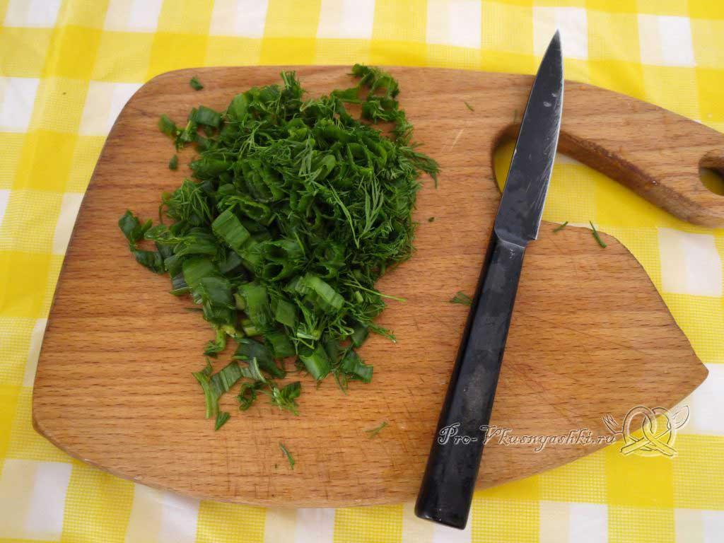 Оладьи с колбасой и зеленью на кефире - нарезаем зелень