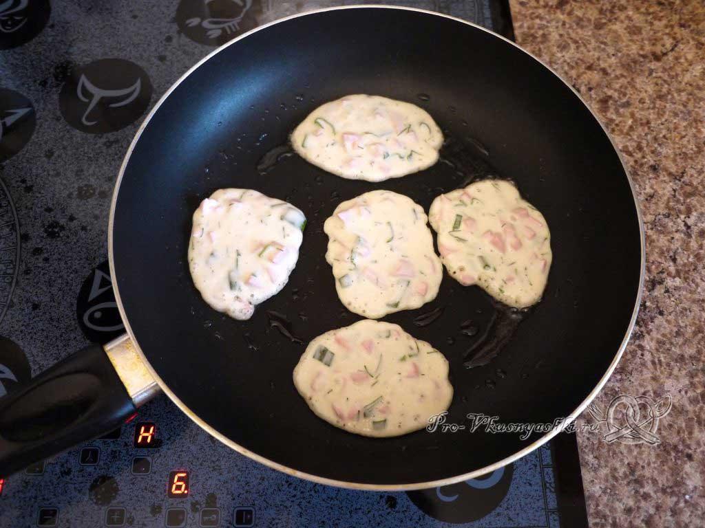 Оладьи с колбасой и зеленью на кефире - выкладываем оладьи на сковороду