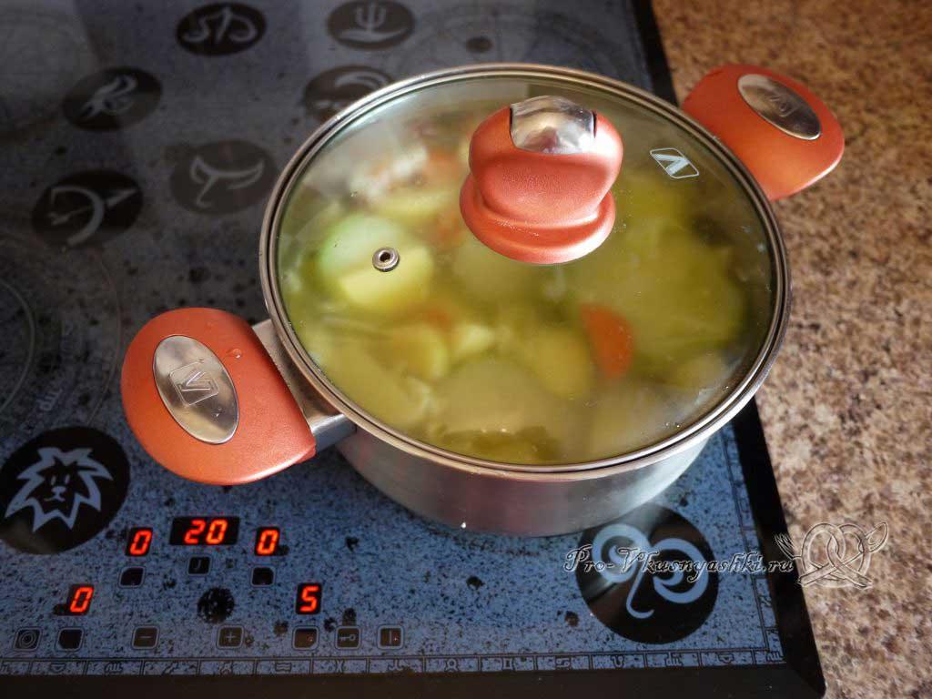 Овощной суп пюре с гренками - накрываем кастрюлю крышкой