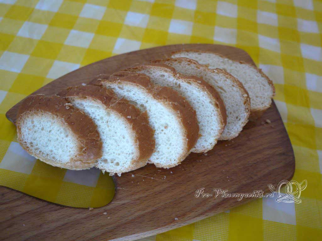 Овощной суп пюре с гренками - нарезаем хлеб