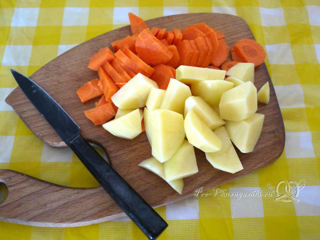 Овощной суп пюре с гренками - нарезаем картофель и морковь