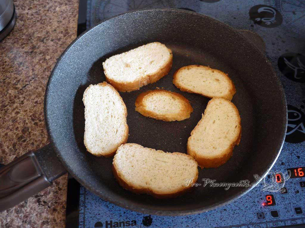 Овощной суп пюре с гренками - обжариваем хлеб с одной стороны