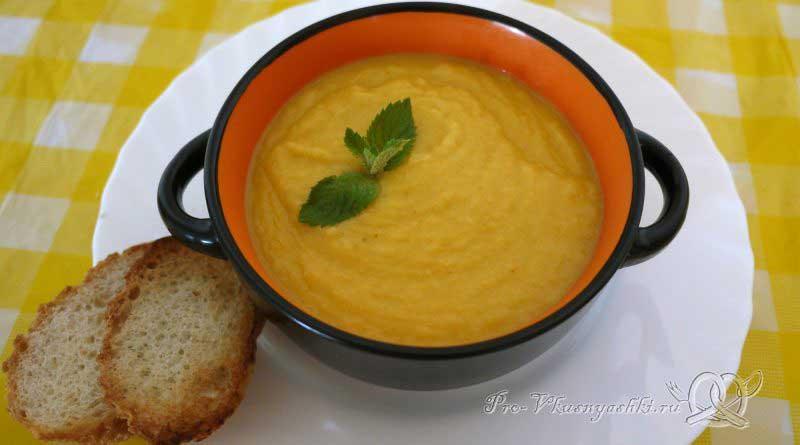 Овощной суп-пюре с гренками - подача
