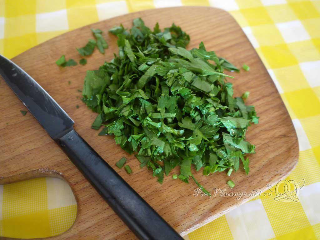 Макароны с помидорами и сыром - нарезаем зелень