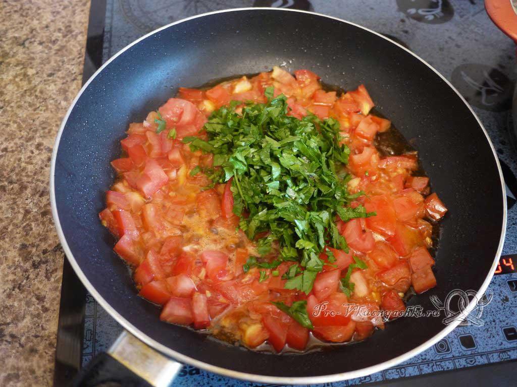 Макароны с помидорами и сыром - обжариваем зелень