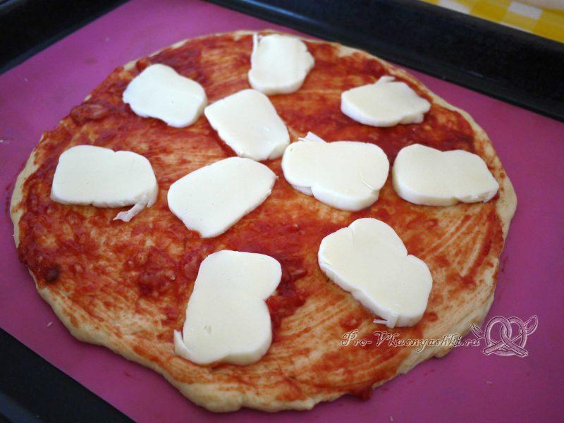 Пицца Маргарита в духовке - раскладываем Моцареллу