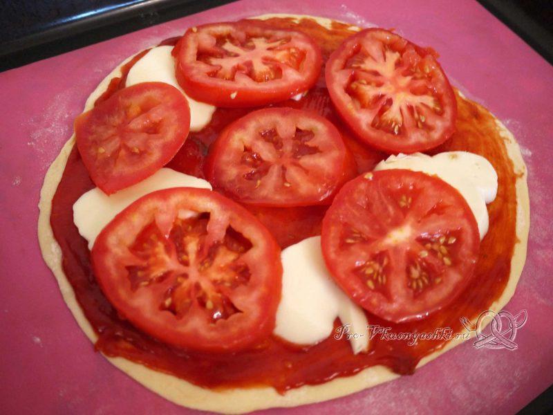 Пицца Маргарита в духовке - выкладываем помидоры