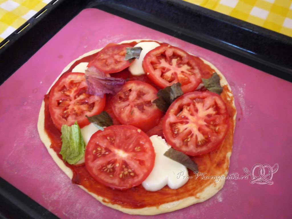 Пицца Маргарита в духовке - выкладываем зелень