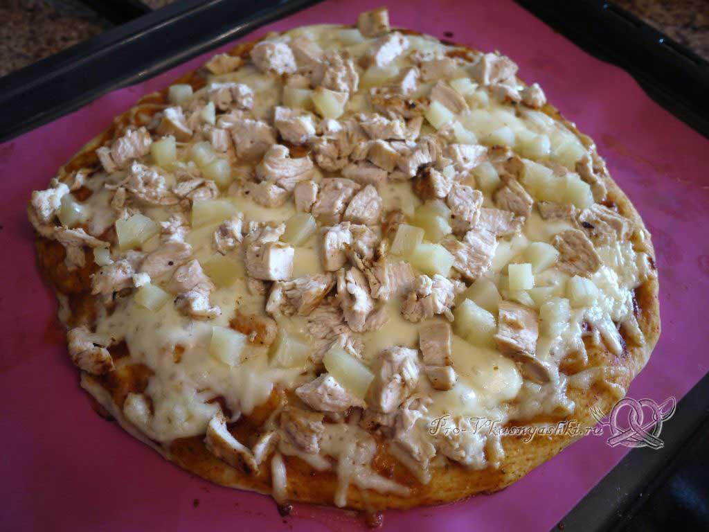 Пицца с курицей и ананасами - готовая пицца