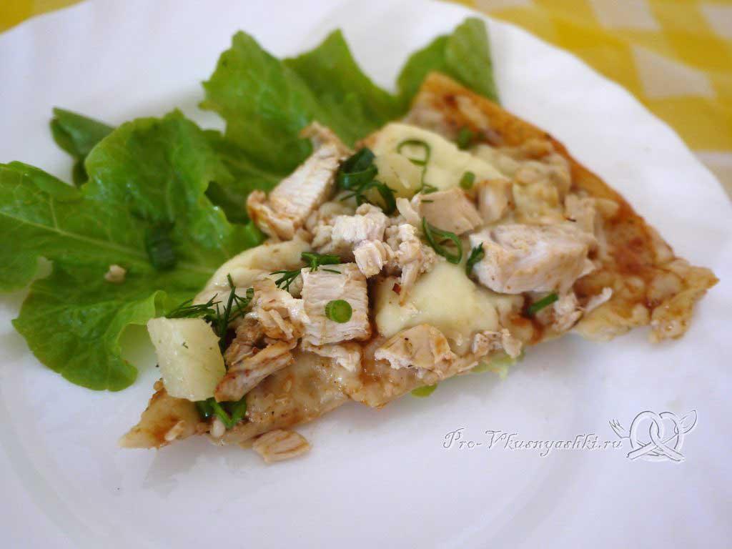 Пицца с курицей и ананасами - подача