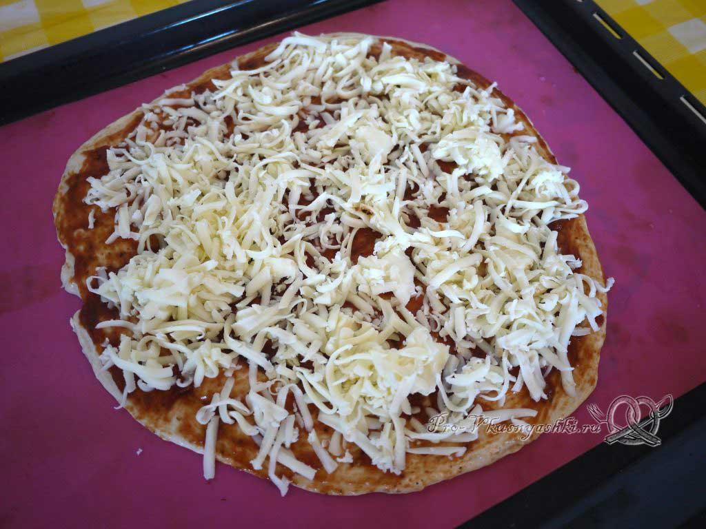 Пицца с курицей и ананасами - посыпаем тесто сыром