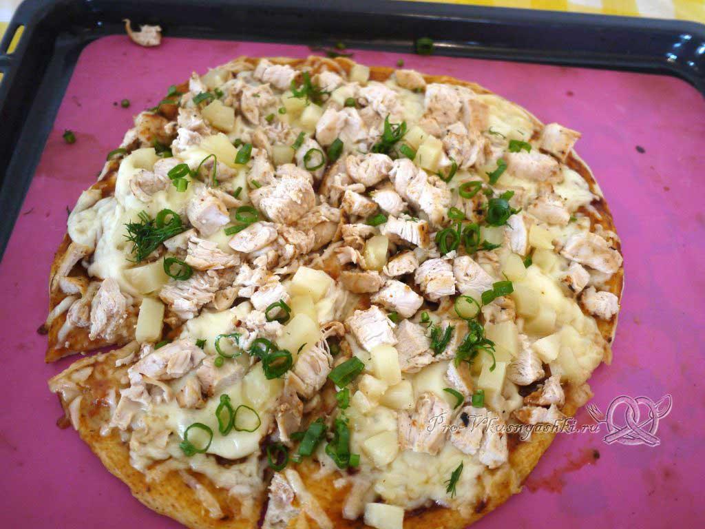 Пицца с курицей и ананасами - посыпаем зеленью