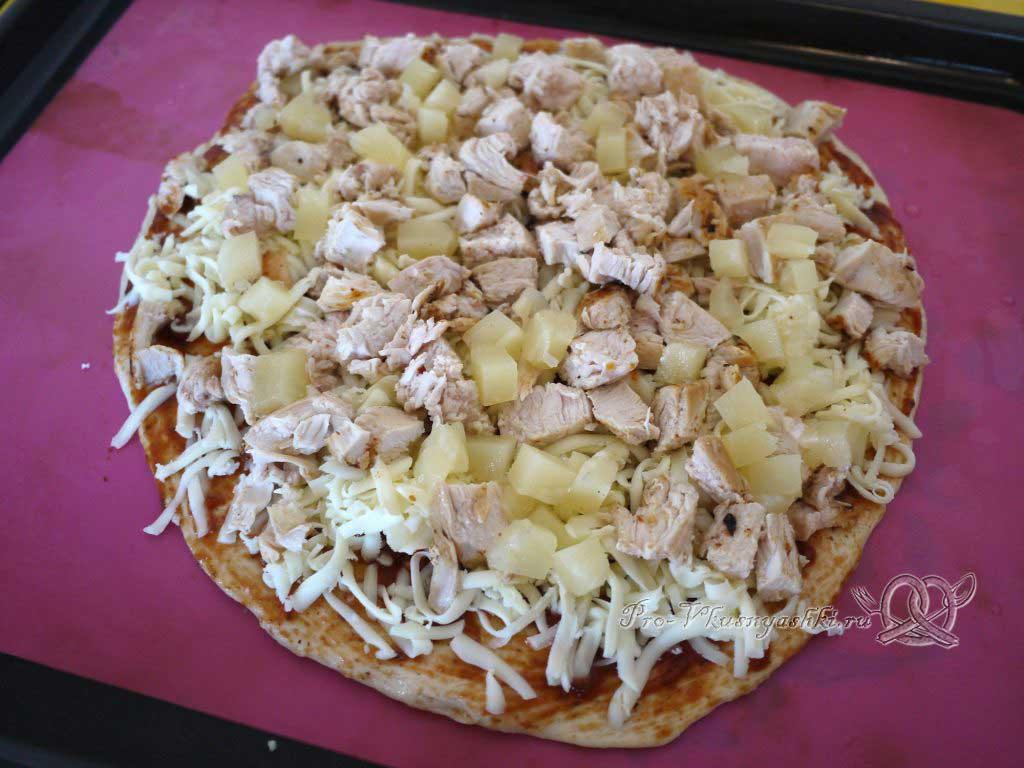 Пицца с курицей и ананасами - выкладываем ананасы