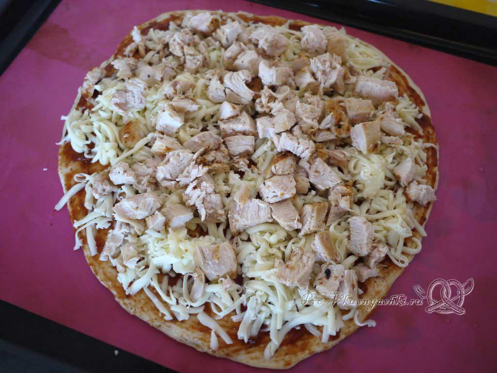 Пицца с курицей и ананасами - выкладываем кусочки курицы на сыр