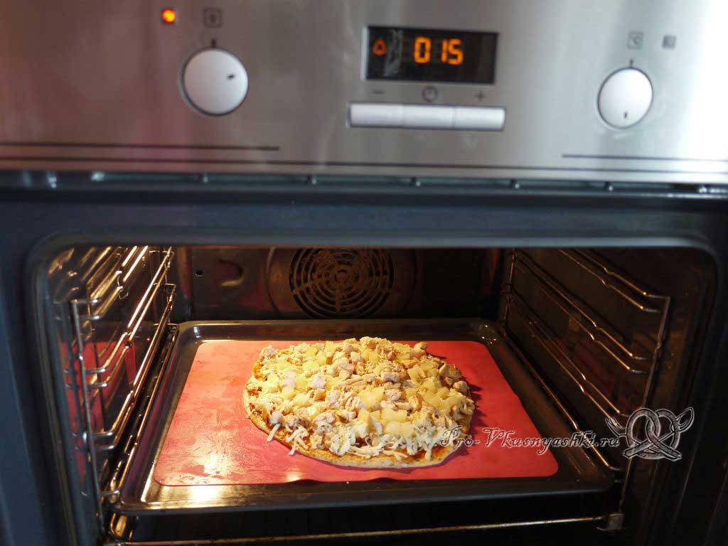 Пицца с курицей и ананасами - запекаем