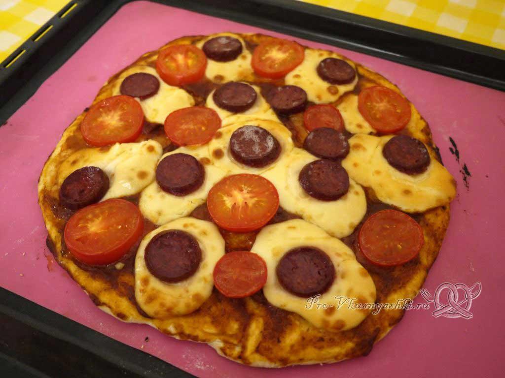 Пицца с помидорами и сырокопченой колбасой - готовая пицца