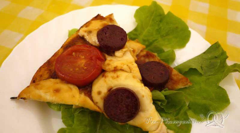 Пицца с помидорами и сырокопченой колбасой - подача