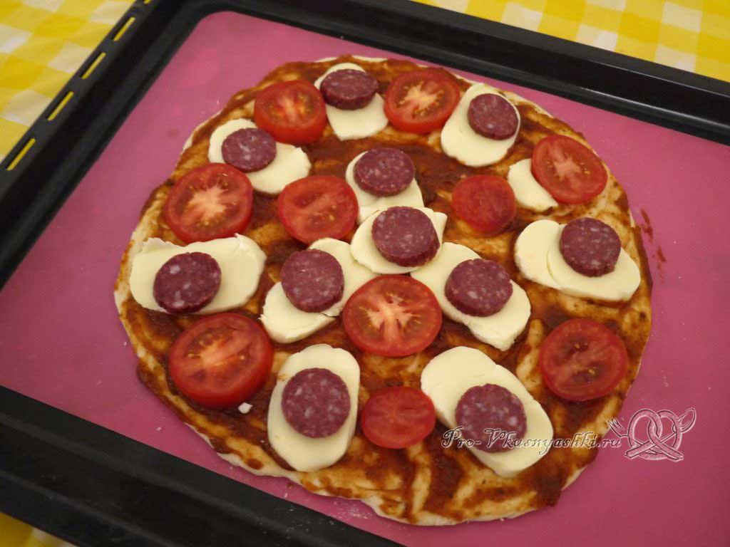 Пицца с помидорами и сырокопченой колбасой - выкладываем колбасу