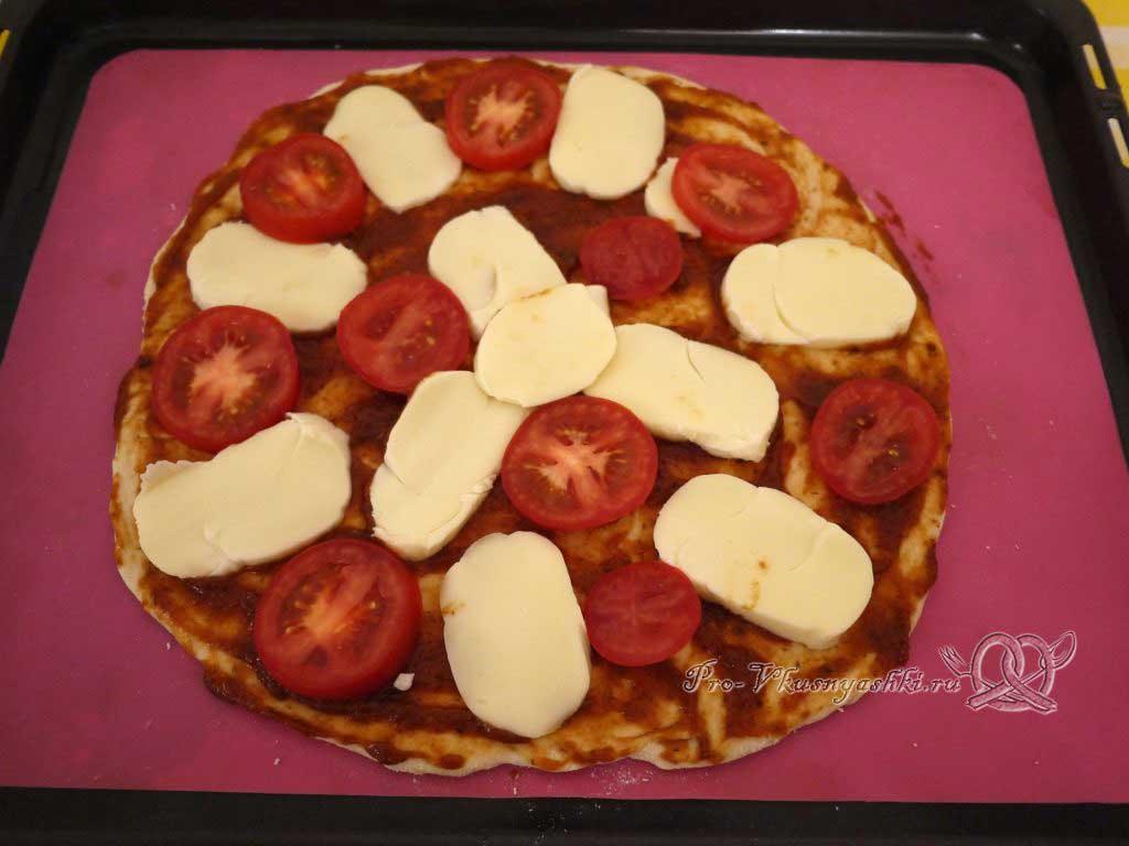 Пицца с помидорами и сырокопченой колбасой - выкладываем помидоры