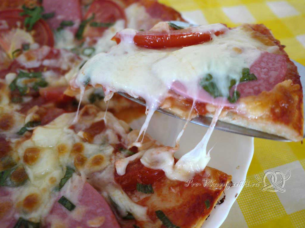Пицца с помидорами и вареной колбасой - подача