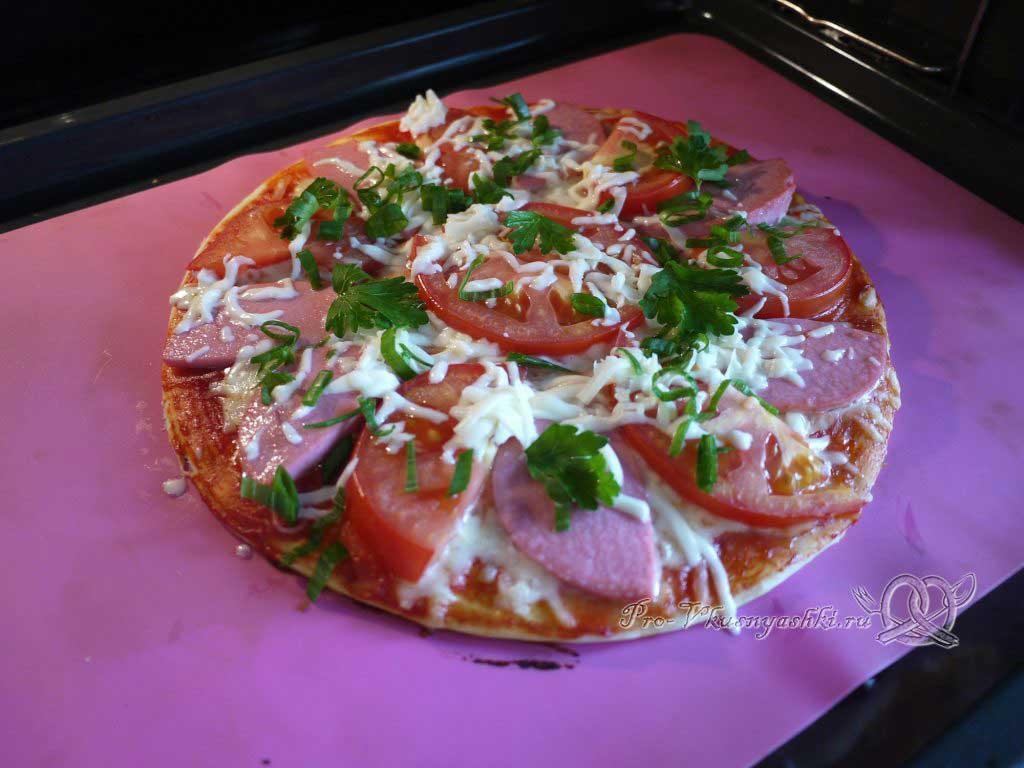 Пицца с помидорами и вареной колбасой - посыпаем зеленью пиццу